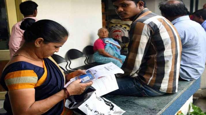 EPFO की ईपीएस-95 योजना के लाभार्थी पेंशन के लिए इंतजार करते हुए- India TV Paisa