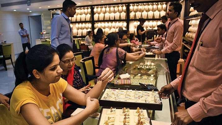एक  ज्वेलरी शॉप पर खरीदारी करते हुए महिलाएं। (चित्र प्रतीकात्मक हैै)- India TV Paisa