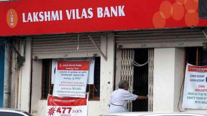 1926 में स्थापित लक्ष्मी विलास बैंक की एक शाखा के भीतर जाता हुआ ग्राहक- India TV Paisa