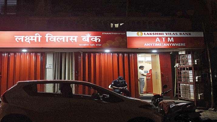 लक्ष्मी विलास बैंक के एटीएम से पैसे निकालता एक व्यक्ति। - India TV Paisa