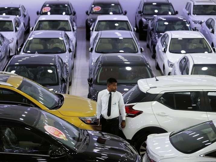 ऑटोमोबाइल डीलर्स कर्मचारी वाहनों केे बीच मेें खड़ा हुुुुुआ। (चित्र प्रतीकात्मक)- India TV Paisa