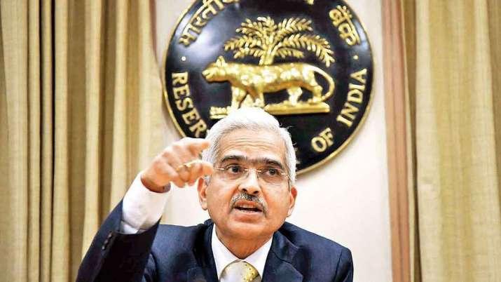 RBI के चेयरमैन शक्तिकांत दास एक प्रेस कॉन्फ्रेंस को संबोधित करते हुए।- India TV Paisa