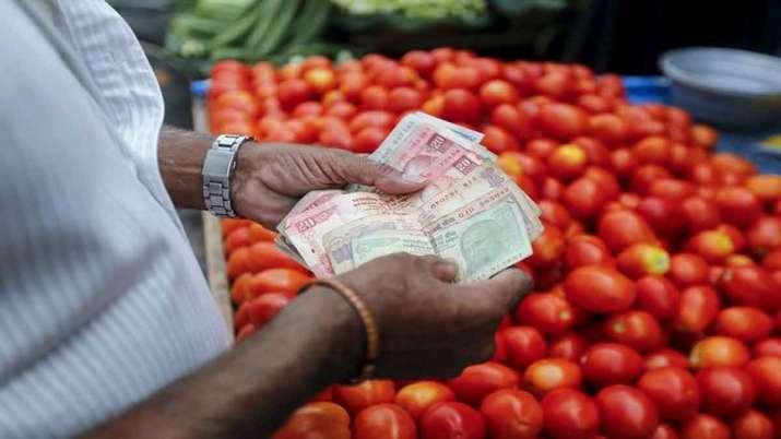रेहड़ी पर सब्जी बेचने वाला विक्रेता पैसे गिनते हुए। - India TV Paisa