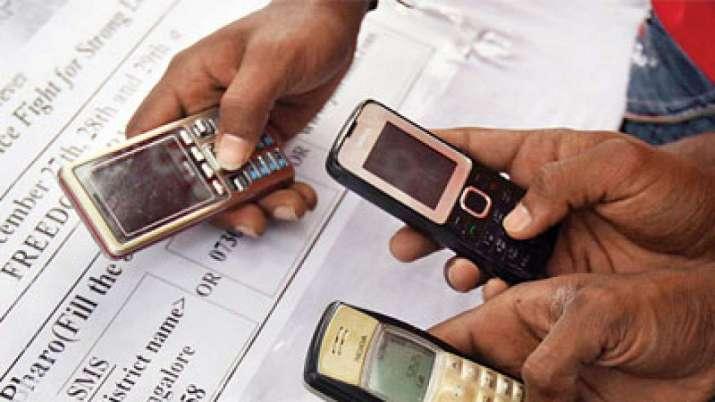 फीचर फोन का इस्तेमाल करते हुुुए कुछ लोग। (चित्र - India TV Paisa