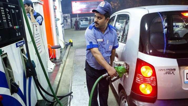 Diesel-Petrol की कीमत में उछाल, तेल कंपनियों ने कहा- केवल टैक्स कटौती से मिलेगी राहत- India TV Paisa