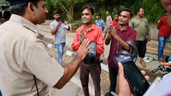 DL, RC और परमिट पर सरकार का बड़ा फैसला, एक्सपायर हो चुके है तो भी नहीं कटेगा चालान- India TV Paisa