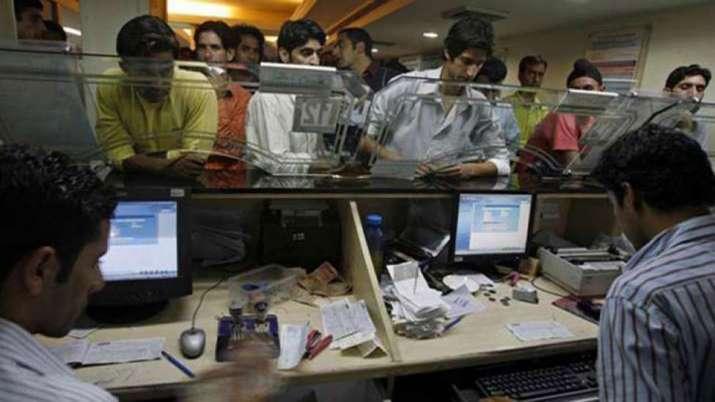 Coronavirus: बैंक यूनियनों का वित्त मंत्रालय से बैंकों के कार्यदिवस, कामकाज के घंटे घटाने का आग्रह- India TV Paisa