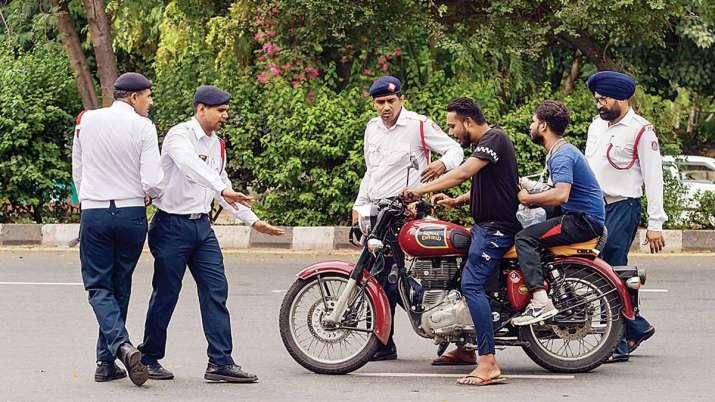 चेतावनी! मोटरसाइकल, स्कूटर पर अगर बच्चों को बैठाया तो देना होगा भारी चालान, जरुर पढ़ें यह नियम- India TV Paisa