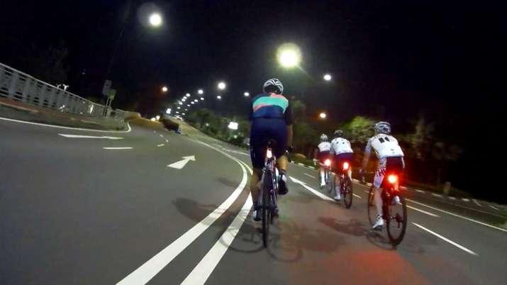 सड़क पर साइकिल चलाते...- India TV Paisa