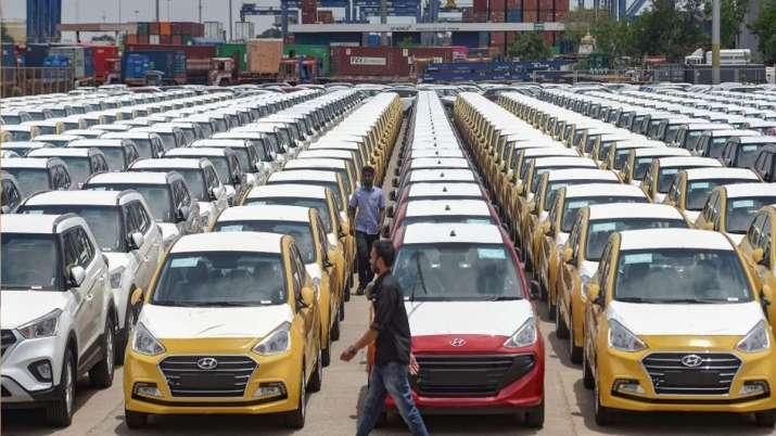 कोरोना वायरस की मार, बीते वित्त वर्ष में यात्री वाहनों का निर्यात 39 फीसदी घटा- India TV Paisa