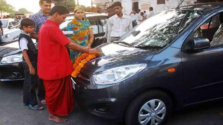 SIAM says Passenger vehicle sales in India dip 10 pc in April- India TV Paisa