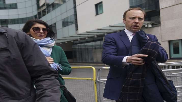 ब्रिटेन के मंत्री को सहयोगी को Kiss करना पड़ गया भारी! अब दबाव में करना पड़ा ये काम
