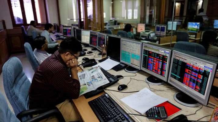 Sensex tanks nearly 600 pts, Rupee falls 34 paise to 74.20 against US dollar- India TV Paisa