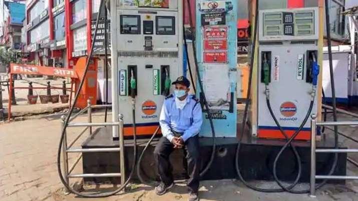 पेट्रोल-डीजल की बढ़ती कीमतों के विरोध में कोलकाता में ईंधन खुदरा विक्रेता पेट्रोल पंप बंद रखेंगे- India TV Paisa