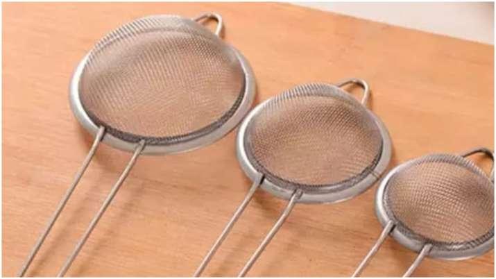 Kitchen Hacks: स्टील-प्लास्टिक की छलनी को साफ करने के लिए अपनाएं ये टिप्स, एकदम नई जैसी चमकने लगेगी-kitchen hacks use these 4 easy tips to clean blocked tea strainer