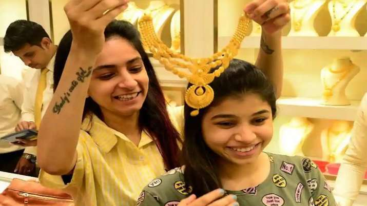 Biggest Good News Gold declines continue second day, Gold slums Rs 176, silver tumbles Rs 898  today- India TV Paisa