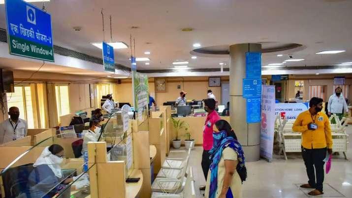SBI बैंक की ब्रांच में खड़े उपभोक्ता। चित्र प्रतीकात्मक है। - India TV Paisa