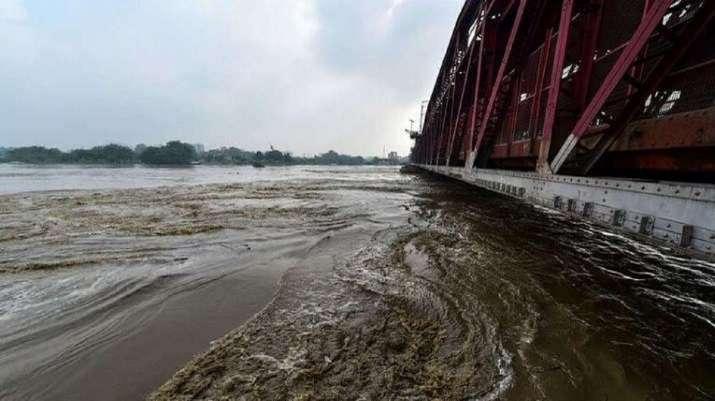 दिल्ली में यमुना का जलस्तर घटा, चेतावनी के निशान से अब भी ऊपर
