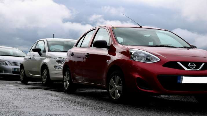 small cars cost will increase by Rs 3000 to 4000, Gadkari says Small cars too need 6 airbags - India TV Paisa
