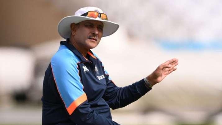 T20 World Cup 2021: ओस तय करेगा कि अतिरिक्त पेसर या स्पिनर के साथ खेलना है- शास्त्री