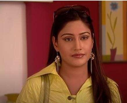 सुरभि चांदना ने अपने टीवी करियर की शुरूआत सीरियल तारक मेहता का उल्टा चश्मा से की थी। वह इस शो में स्वीटी के किरदार में नजर आईं थी।