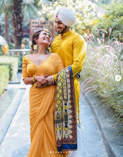 इन फोटोज में हाथों में मेहंदी लगाए नेहा कक्कड़ पीले रंग के आउटफिट में नज़र आ रही हैं। रोहनप्रीत ने भी इसी रंग से मैचिंग करते हुए शेरवानी पहनी है।