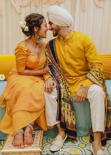 बता दें कि नेहा अपने परिवार के साथ दिल्ली में हैं। इससे पहले मेहंदी सेरेमनी की फोटोज सामने आई थीं।