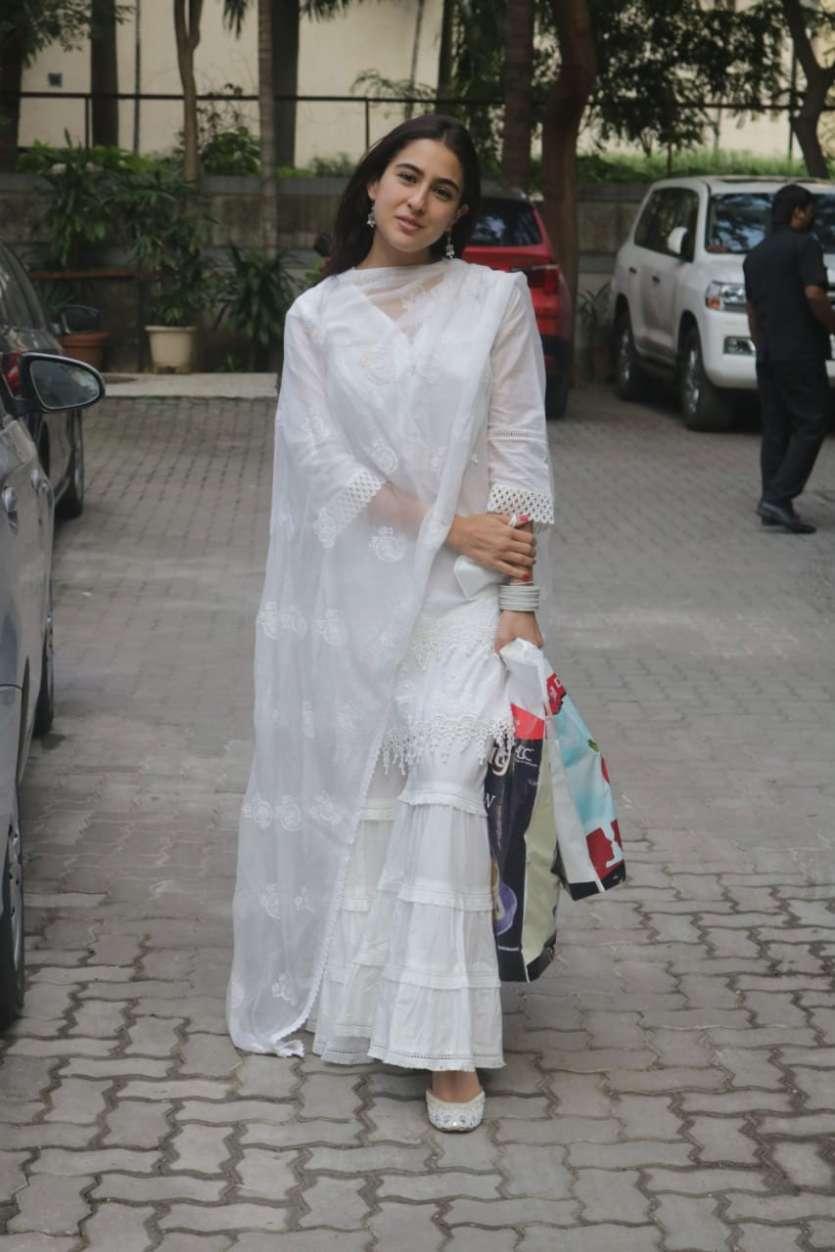 सारा अली खान व्हाइट कलर से सूट में बेहद खूबसूरत नज़र आईं।