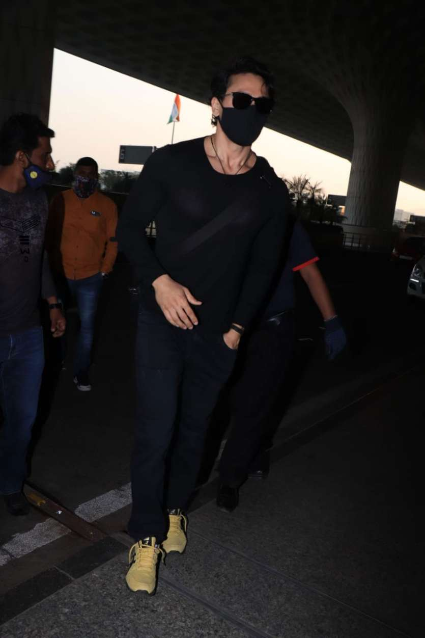 टाइगर श्रॉफ को ब्लैक कलर के आउटफिट में मुंबई एयरपोर्ट पर देखा गया।
