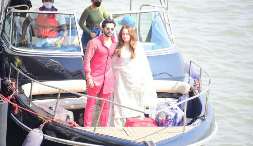 24 जनवरी को शादी के बाद वरुण धवन और नताशा दलाल पहली बार नज़र आए। वो अलीबाग से मुंबई स्थित अपने घर आने के लिए रवाना हुए हैं। वरुण ने हल्के गुलाबी रंग का आउटफिट पहना हुआ था, जबकि नताशा व्हाइट कलर की ड्रेस में नज़र आईं।