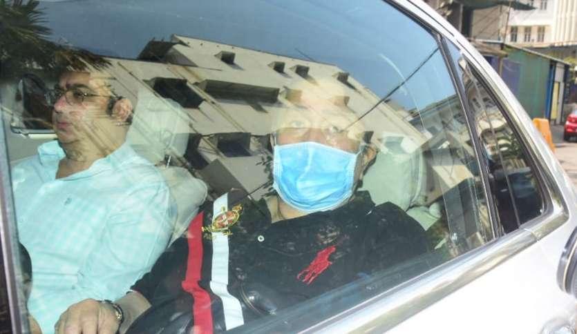 करीना कपूर के पिता रणधीर कपूर भी उनसे मिलने हॉस्पिटल पहुंचे।