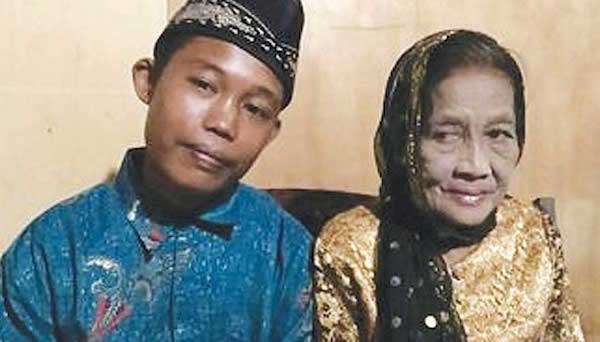 Teenager marries an old woman in Indonesia- India TV Hindi