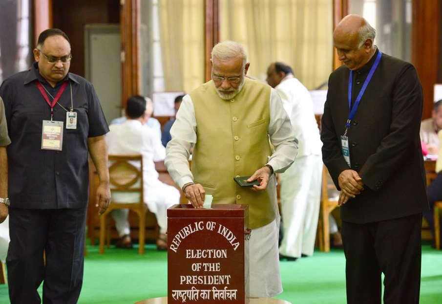 PM Modi casting his vote- India TV Hindi