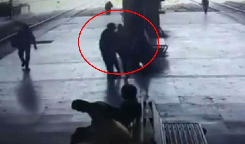video-Man-forcibly-kisses-girl-at-Turbhe-Railway-Station-in-Mumbai-Arrested–Watch- India TV Hindi