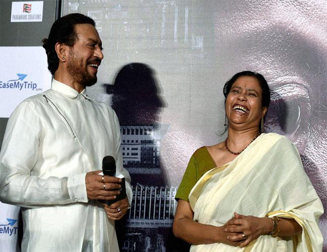 इरफान खान अपनी पत्नी...- India TV Hindi