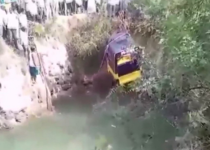 an auto carrying 14 passengers fell into a well in...- India TV Hindi