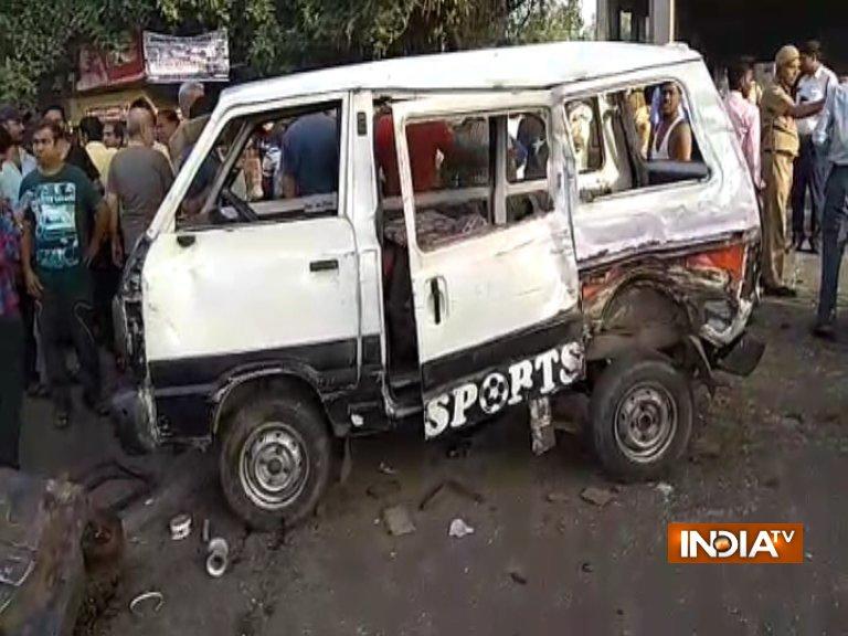 Delhi: School van rams into truck tempo, 1 children dead, 11 injured- India TV Hindi