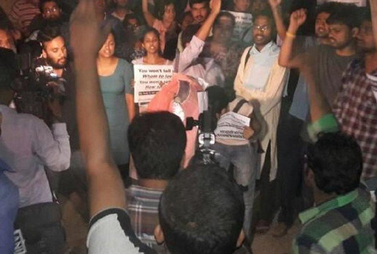 Several Injured in JNUSU-ABVP Clashes Over 'Love Jihad' Film- India TV Hindi