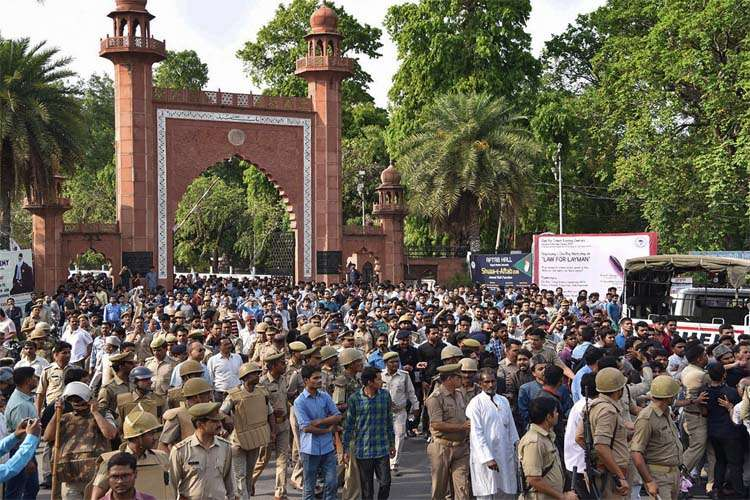 Police lob teargas shells to disperse mob of AMU students - India TV Hindi