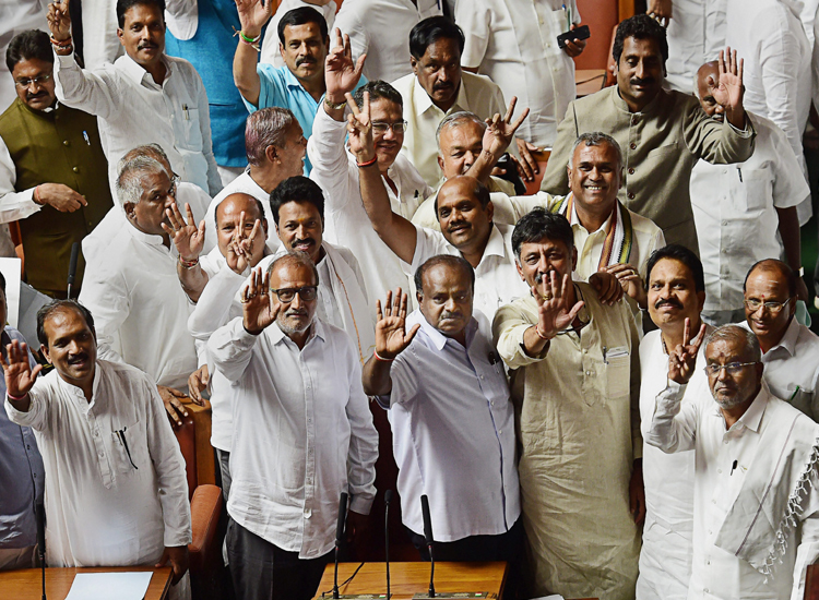 kumaraswamy with congress and jds mlas- India TV Hindi