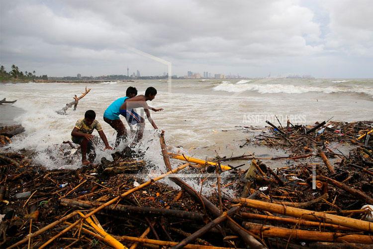 Sri Lanka storms, landslides kill 7, leave 1000 displaced | AP- India TV Hindi