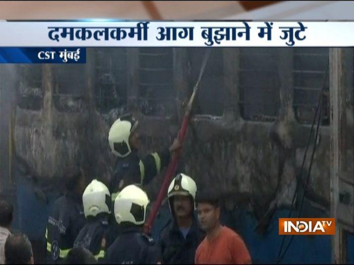 आग बुझाने की कोशिश...- India TV Hindi