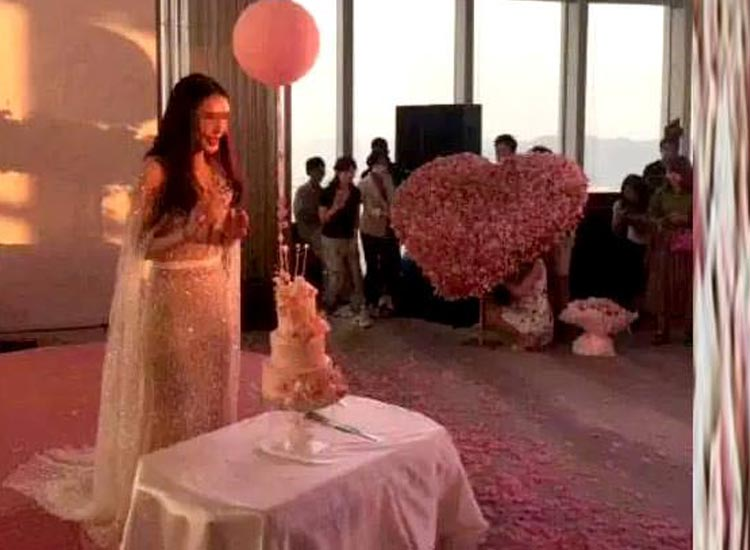 boyfriend gave a bouquet of 35-70-000 to his...- India TV Hindi