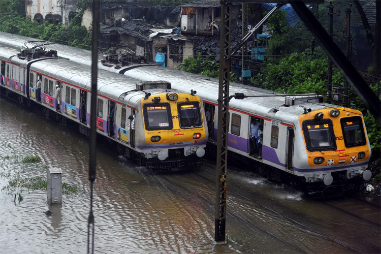 Incessant rain throws life out of gear in Mumbai- India TV Hindi
