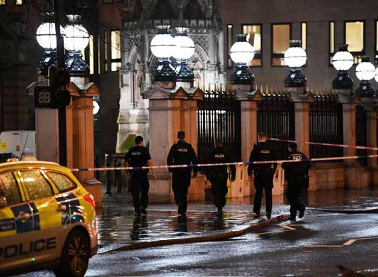 Charing Cross station in London evacuated after bomb...- India TV Hindi