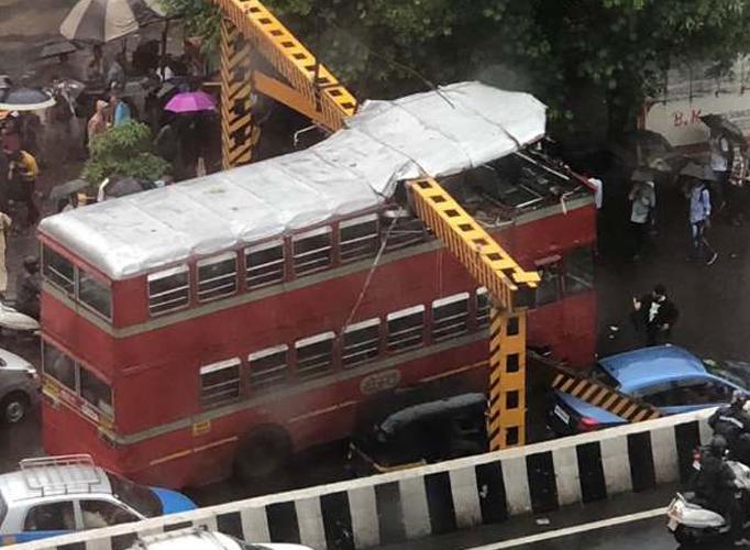 हादसों का शहर मुंबई में दो और हादसे, डबलडेकर बस ओवरहेड रेलिंग से टकराई, मीरा रोड रेलवे स्टेशन पर रिज- India TV Hindi