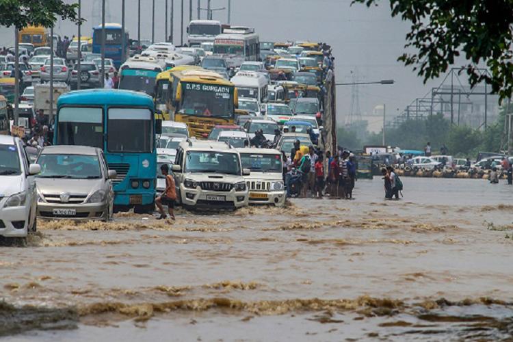 दिल्ली में टूट गया 10 सालों का रिकॉर्ड, आज भी भारी बारिश का अलर्ट- India TV Hindi