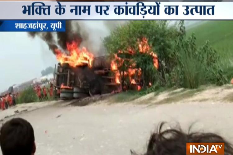 यूपी के शाहजहांपुर में कांवड़ियों की गुंडागर्दी, शक के बिनाह पर किया ट्रक को आग के हवाले- India TV Hindi
