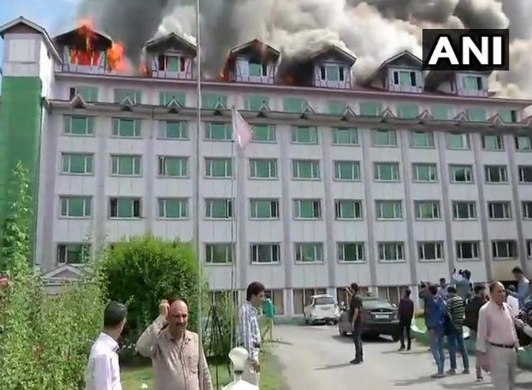 जम्मू-कश्मी, श्रीनगर, पंपोश होटल में लगी भीषण आग- India TV Hindi