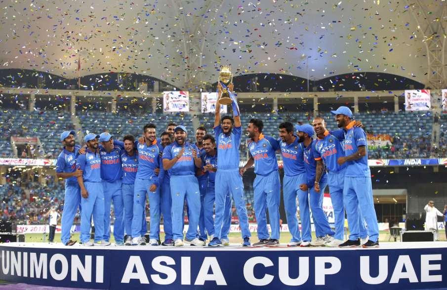 एशिया कप का जश्न मनाते हुए टीम इंडिया- India TV Hindi